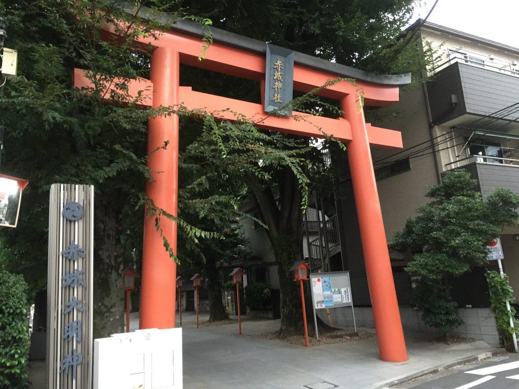 The main gate at the Akagi Shrine