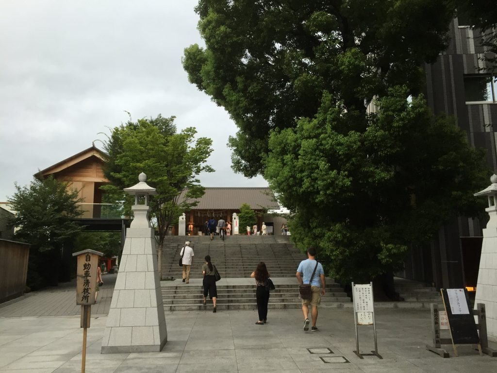 Approach to the main building and shinraku-den