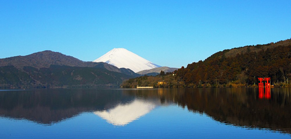 Double Mount Fuji on Lake Ashinoko (source: www.hakonenavi.jp/english)