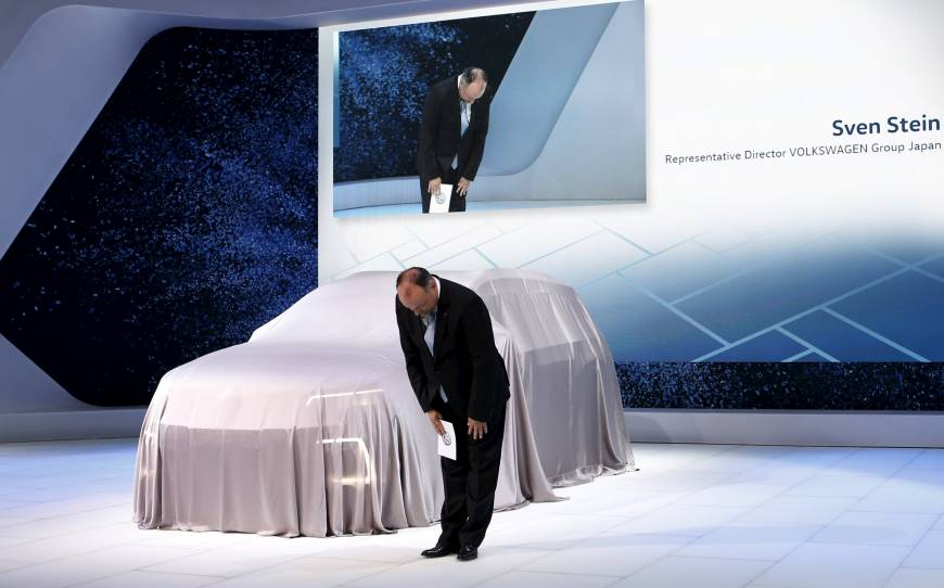 Sven Stein, representative director of Volkswagen Group Japan apologizes at the 44th Tokyo Motor Show 2015 (Source: www.japantimes.co.jp)