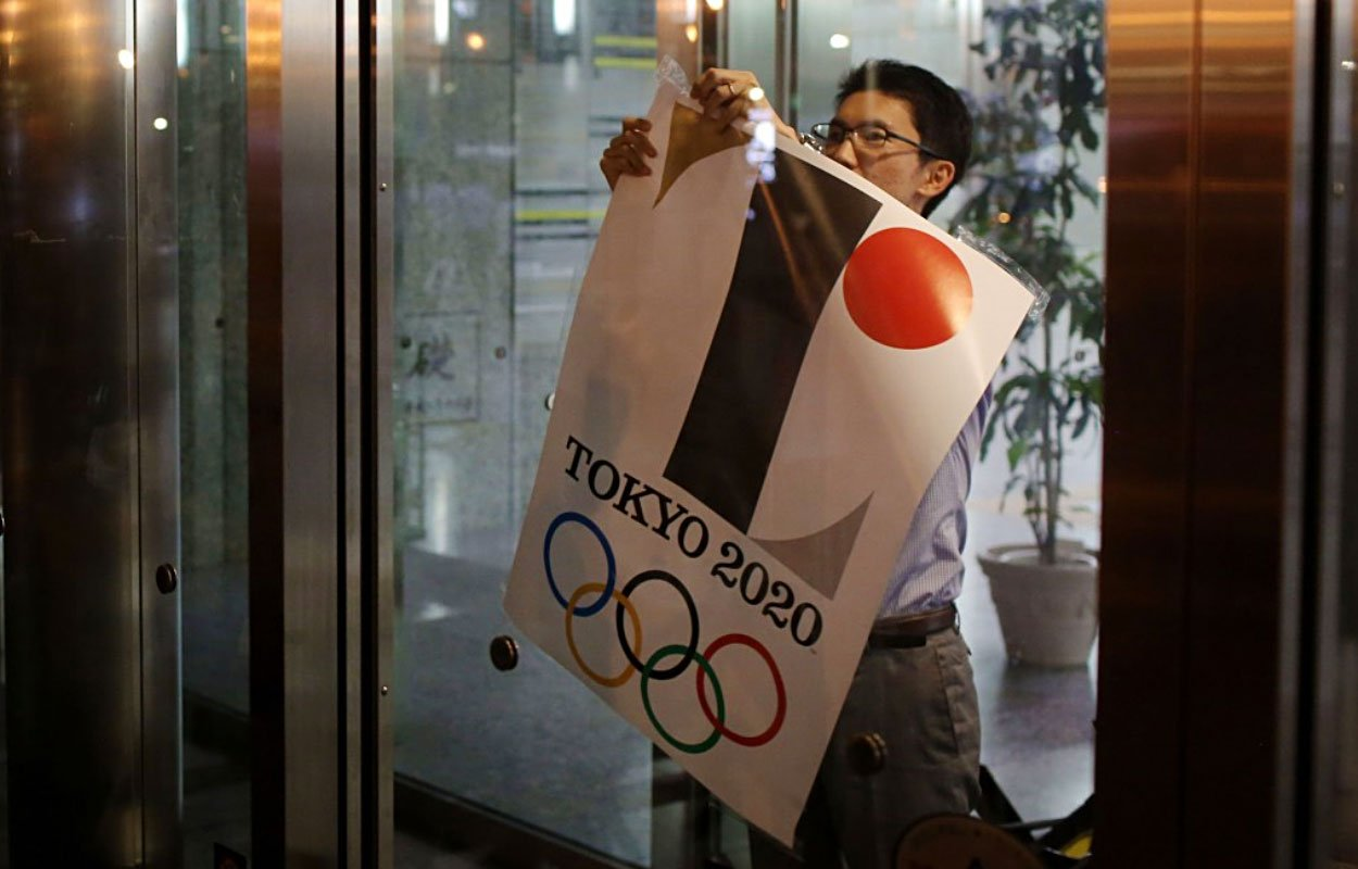 The Tokyo 2020 Olympic logo is being taken down at the Tokyo Goverment Building after the official announcement was made (Source: http://bit.ly/1I3cBvK)