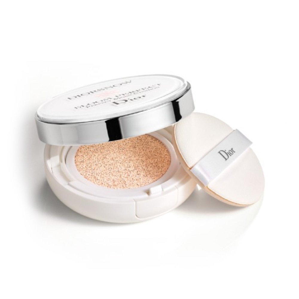Bloom Perfect Brightening Perfect Moist Cushion SPF50 PA+++ is the 1st ultra-moist skincare Cushion.1 Enriched with Dior natural active skincare ingredients, it instantly refreshes, deeply moistens and unifies the skin for a natural luminous perfection with high protection, anywhere, anytime.