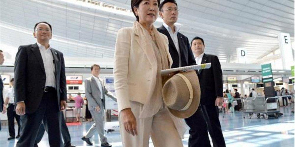 Tokyo Governor Yuriko Koike at Haneda Airport (src: www.sankei.com)